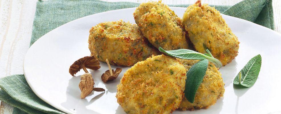 Piatto di crocchette di patate e funghi con burro al tartufo