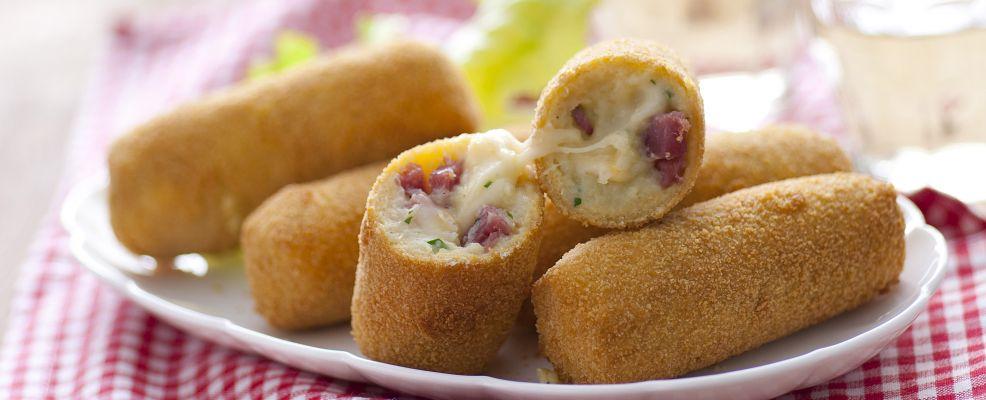 Piatto di crocchette di patate e salsiccia piccante