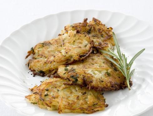 Piatto di frittelle di patate aromatiche