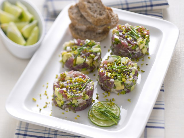 Vassoio di mini tartare di tonno e avocado
