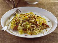 Piatto di risotto con mele, porri e nocciole