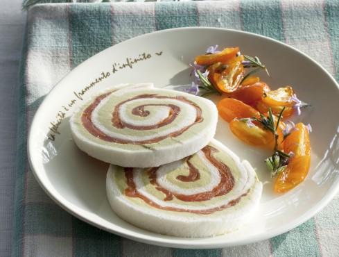 Piatto di rotolini di avocado e salmone