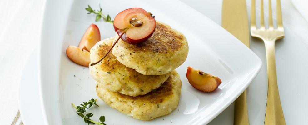 Piatto di schiacciatine di patate e mele