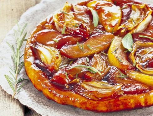 Torta tatin di mele alle cipolle con salvia e rosmarino