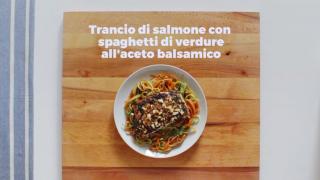 Trancio di salmone con spaghetti di verdure all'aceto balsamico