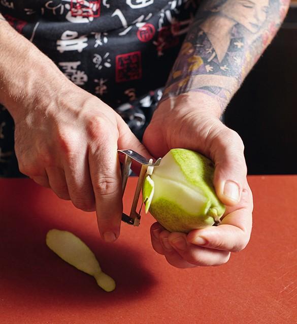 pera poché con cuore di liquirizia su crema di liquirizia 3