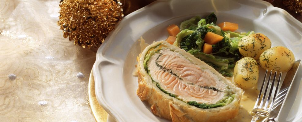 Salmon fillet in puff pastry with savoy and potatoes