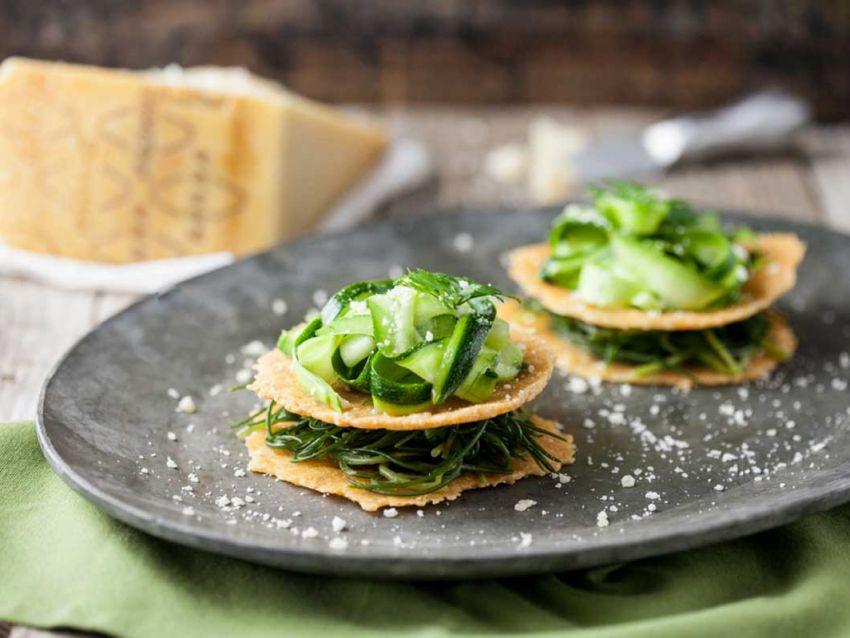 Millefoglie di cialde di Grana Padano con verdure Sale&Pepe ricetta