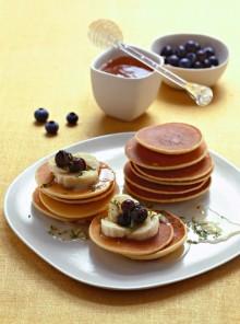 Pancake con frutta e miele