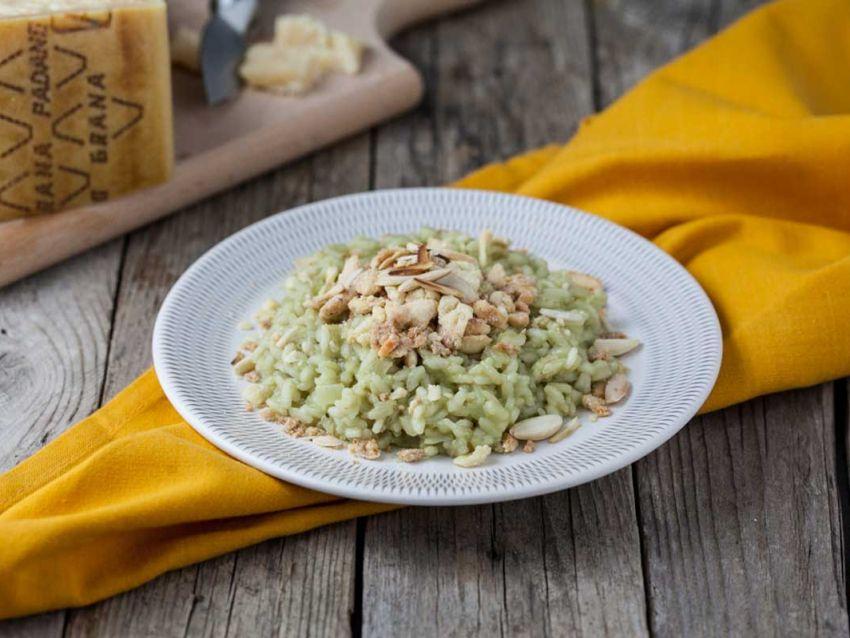 Risotto al tè matcha con crumble di Grana Padano e mandorle tostate ricetta