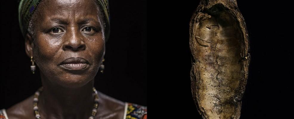 Amenan Koko. 64 anni_frutto del cacao -cabosse- svuotata. elemento del sapone_ZIF9544_ZIF9839