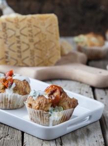 Muffin di fave e Grana Padano con pomodori caramellati e crema di yogurt