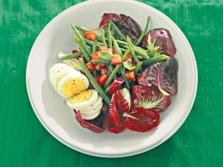 Radicchio rosso, fagiolini e uova al profumo di basilico