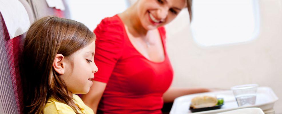 mamma e bimba cibo aereo
