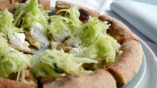 Pizza con salsiccia di pollo, cetrioli e tzatziki