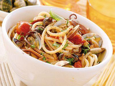 spaghetti con vongole e funghi ricetta