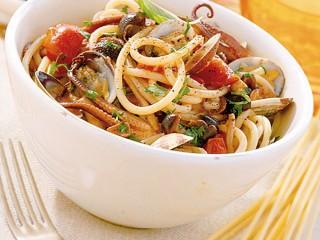 spaghetti con vongole e funghi Sale&Pepe ricetta