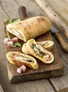 Rotolo di pane, mortadella Bologna e gruyère con rucola