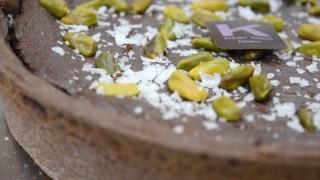 Ernst Knam prepara la crostata al cioccolato e zucca con pistacchi e sale di Maldon