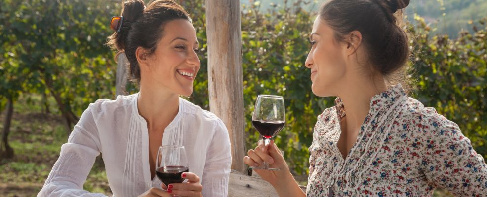 ragazze bevono vino