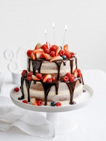 torta al tè con salsa di cioccolato e frutti rossi