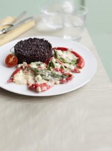 Riso nero con peperoni e peperoncino in crema di formaggio