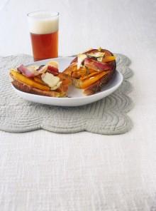 Bruschette con zucca, pancetta affumicata e capra