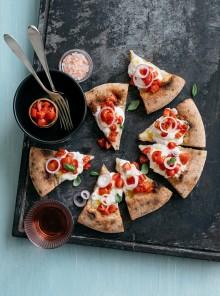 Pizza con pomodorini, burrata e cipolla di Tropea