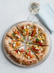 Pizza con peperoni arrostiti, patate e robiola di Roccaverano