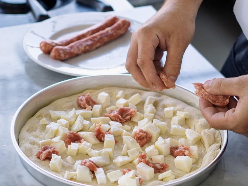 Pizza-salsiccia-pollo-cetrioli-tzatziki-01