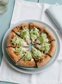 Pizza con salsiccia di pollo cetrioli e tzatziki
