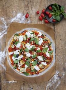 Pizza senza glutine al sugo di datterini con melanzane, pinoli stracciatella