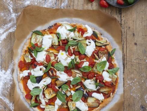 Pizza-senza-glutine-sugo-datterini-melanzane-pinoli-stracciatella