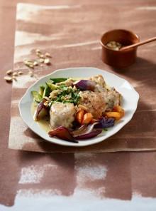 Pollo brasato al cocco con arachidi e verdure