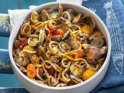 Spaghettoni-farro-vongole-pomodorini-salsiccia