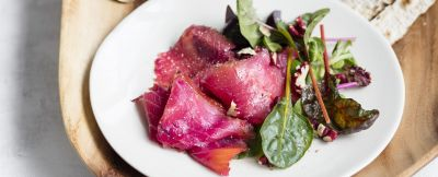 Insalata-salmone-affumicato-barbabietola-noci-panna-acida