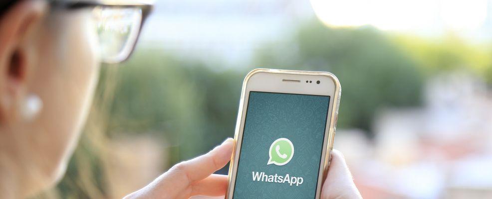 donna cellulare WhatsApp
