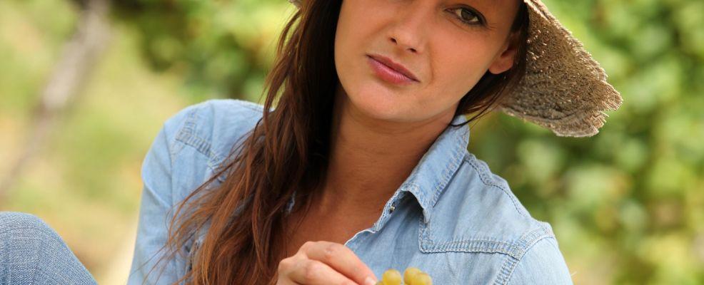 ragazza con uva