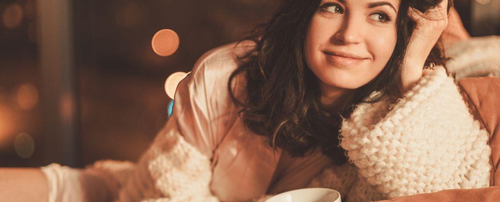 Donna con lana e coppetta _comfort food