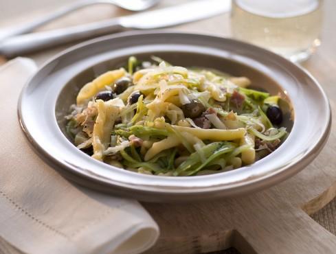 Maccheroncini con puntarelle, prosciutto e olive