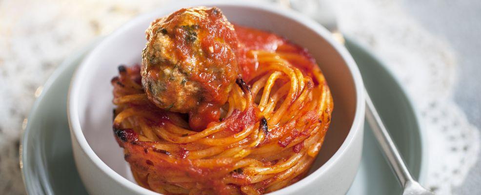Nidi di spaghetti con polpettine di carne e cime di rapa