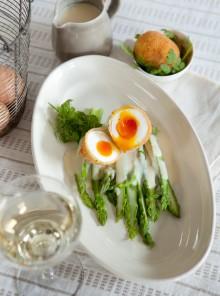 Uovo fritto con asparagi