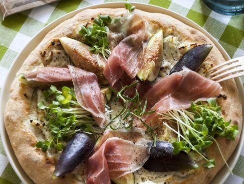 Pizza bianca con ricotta al pepe, prosciutto crudo e fichi