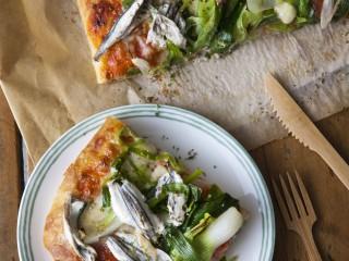 Pizza soffice con cipollotti e alici marinate