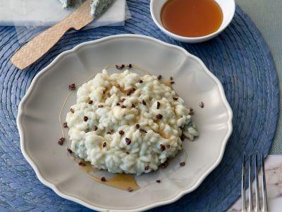 Risotto al gorgonzola piccante, miele di castagno e fave di cacao