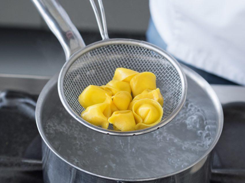 Tortelli di mascarpone con pomodorini, cipolla rossa e olive 8