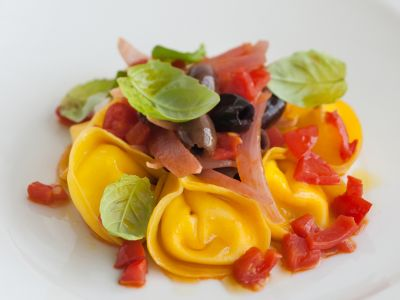 Tortelli di mascarpone con pomodorini, cipolla rossa e olive piatto