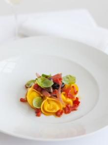 Tortelli di mascarpone con pomodorini, cipolla rossa e olive