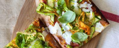 Pizza di kamut con fiori di zucchine e pecorino