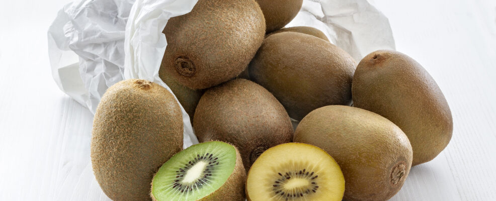 frutta kiwi verdi e gialli